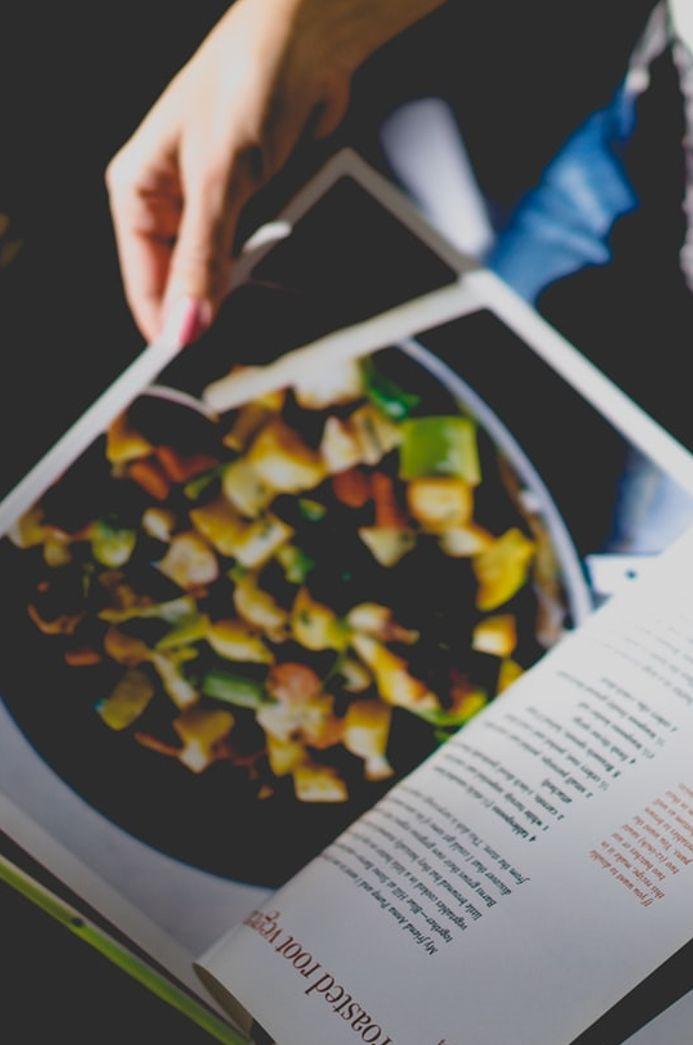szakácskönyvet lapozó kéz